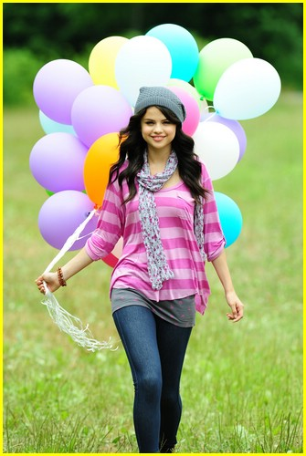 selena gomez fashion line dream out loud. Selena Gomez: Dream Out Loud