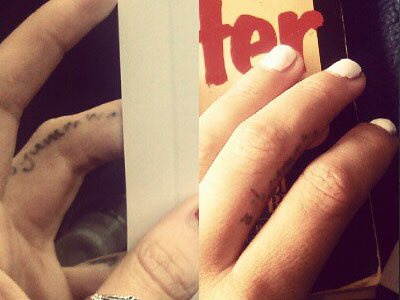 Scout Taylor-Compton finger tattoo