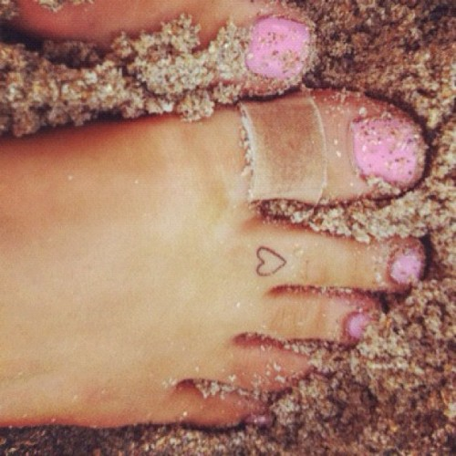 Ariana Grande heart toe tattoo