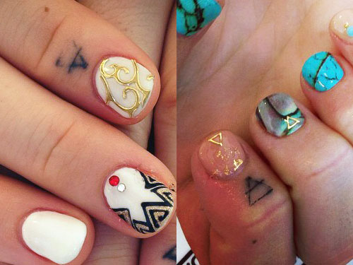 JoJo transcend triangle finger tattoo
