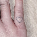 miley-cyrus-heart-finger-tattoo
