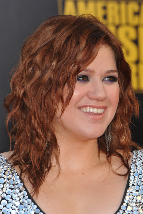 Kelly Clarkson S Hairstyles Amp Hair Colors Steal Her Style