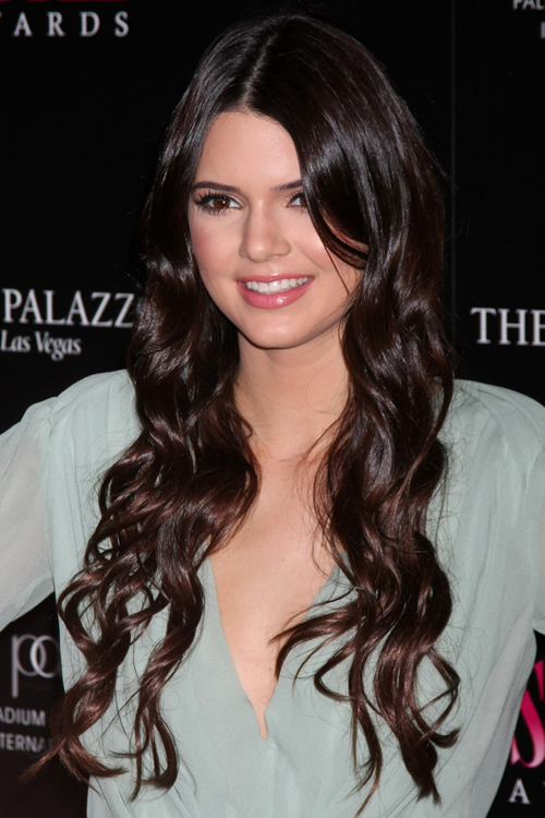 Kendall jenner wavy dark brown hairstyle steal her style
