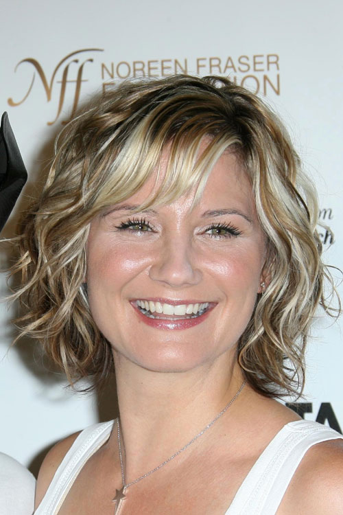 Jennifer Nettles Wavy Ash Blonde All Over Highlights