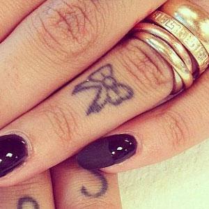 d81febda4 Hanna Beth Merjos Bow Knuckle Tattoo | Steal Her Style