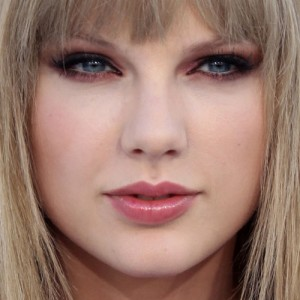 Mahogany Lox Makeup: Blue Eyeshadow & Nude Lipstick