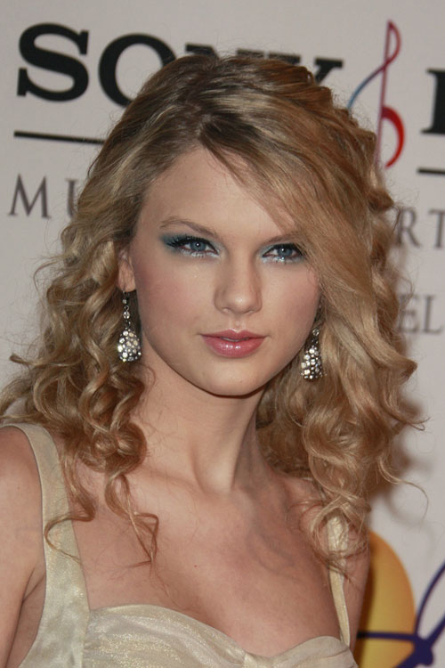 Taylor Swift Curly Honey Blonde Hairstyle Steal Her Style