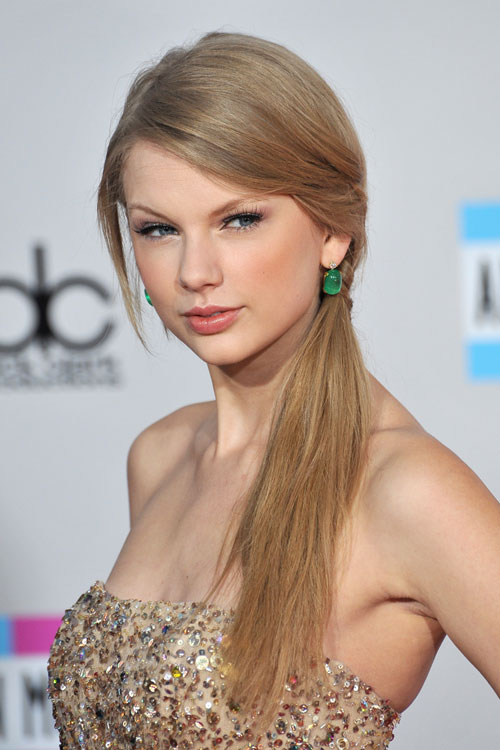 Taylor Swift S Hairstyles Hair Colors Steal Her Style Page 6