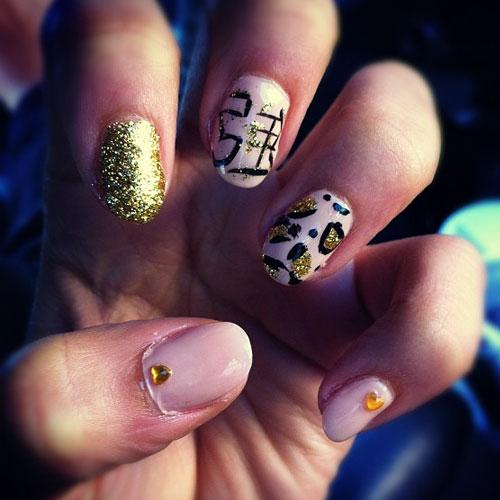 zendaya-nails-pink-leo...