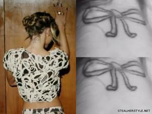 My Name Is Kay arco tatuagem no pescoço