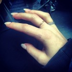 ellie-goulding-arrow-finger-tattoo-