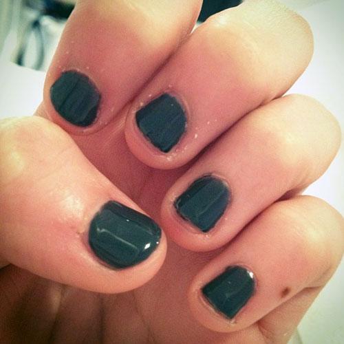madison-beer-nails-dark-green