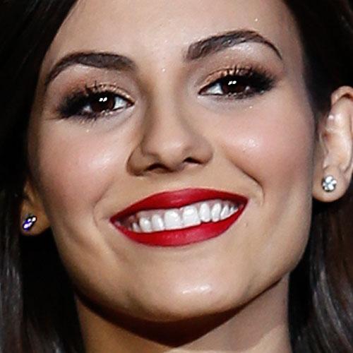 victoria justice makeup bronze eyeshadow amp red lipstick