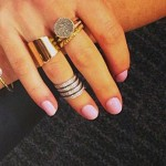 ellie-goulding-nails-light-pink
