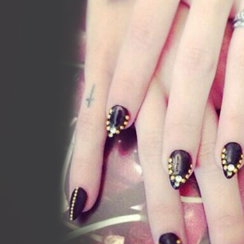 Frances Bean Cobain Cross Knuckle Tattoo | Steal Her Style