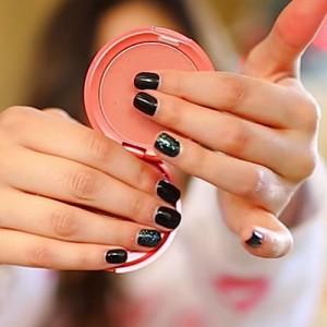 bethany-mota-nails-black