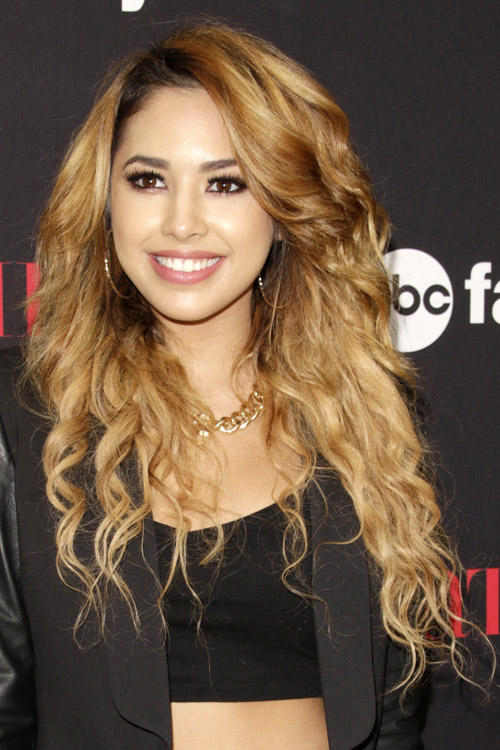 Jasmine Villegas Wavy Honey Blonde Dark Roots Loose Waves Hairstyle Steal Her Style
