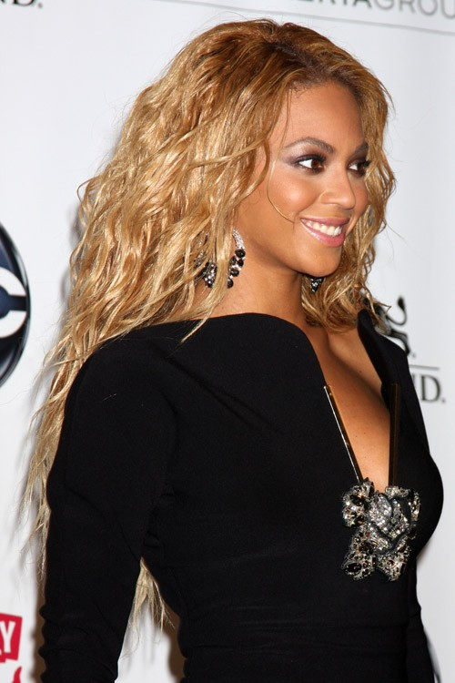 Beyoncé Wavy Honey Blonde Hairstyle | Steal Her Style