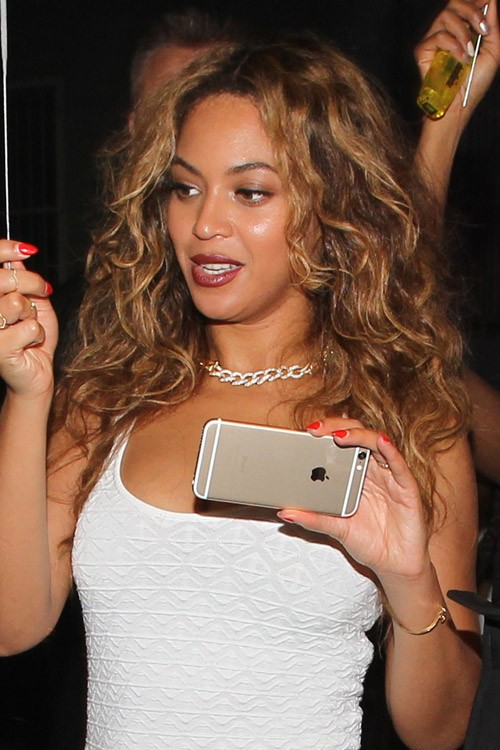 Beyonc Wavy Medium Brown All Over Highlights Messy Hairstyle