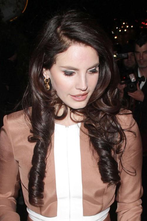 Lana Del Rey Wavy Dark Brown Barrel Curls Inward Curl Hairstyle Steal Her Style