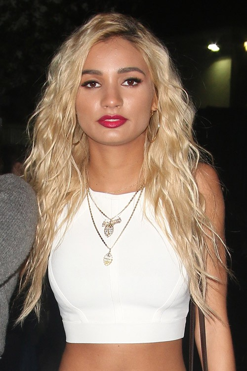 Pia Mia Perez S Hairstyles Amp Hair Colors Steal Her Style