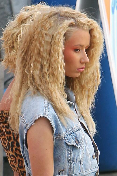 Iggy Azalea Crimped Honey Blonde Bouffant Hairstyle