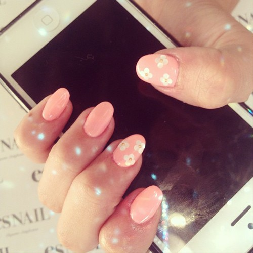 Madison Beer Peach Flowers Nails Steal Her Style