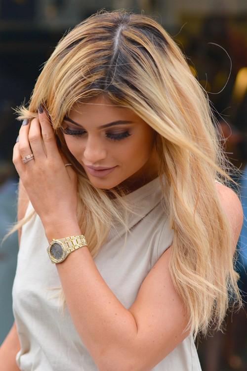 Kylie Jenner Wavy Honey Blonde Dark Roots Messy Hairstyle