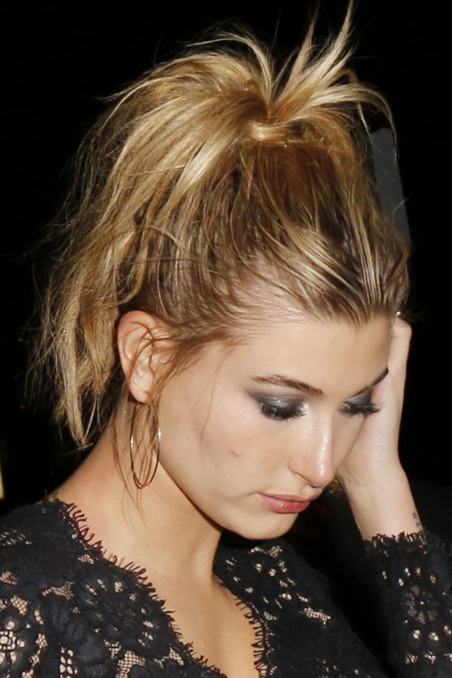 Hailey Baldwin S Hairstyles Amp Hair Colors Steal Her Style