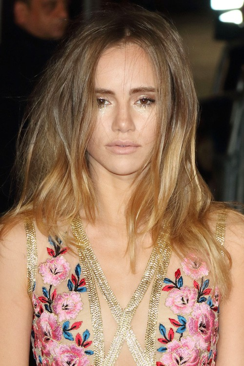 Suki Waterhouse S Hairstyles Amp Hair Colors Steal Her Style