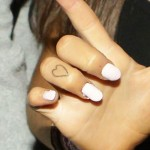 ariana-grande-heart-finger-tattoo