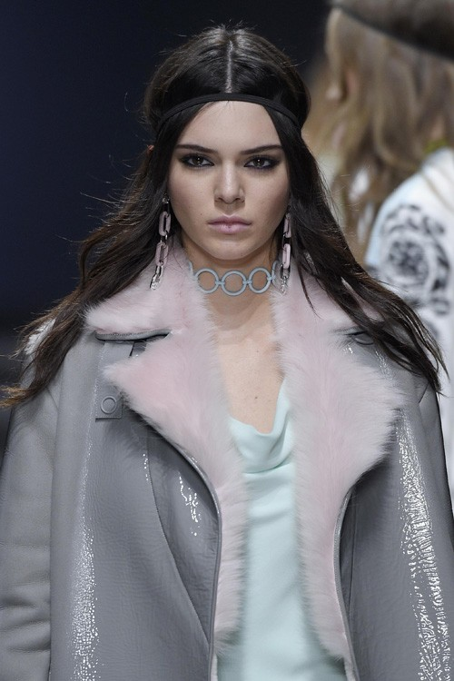 Kendall Jenner 39 S Hairstyles Hair Colors Steal Her Style