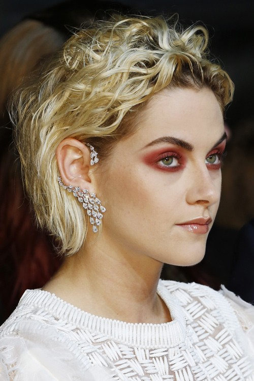 kristen stewart wavy platinum blonde barrel curls dark