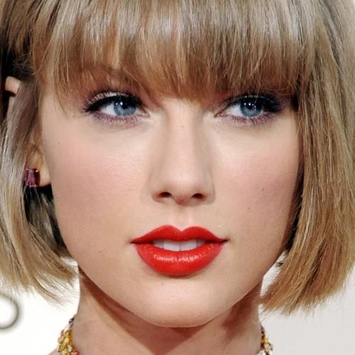taylor swift makeup beige eyeshadow black eyeshadow