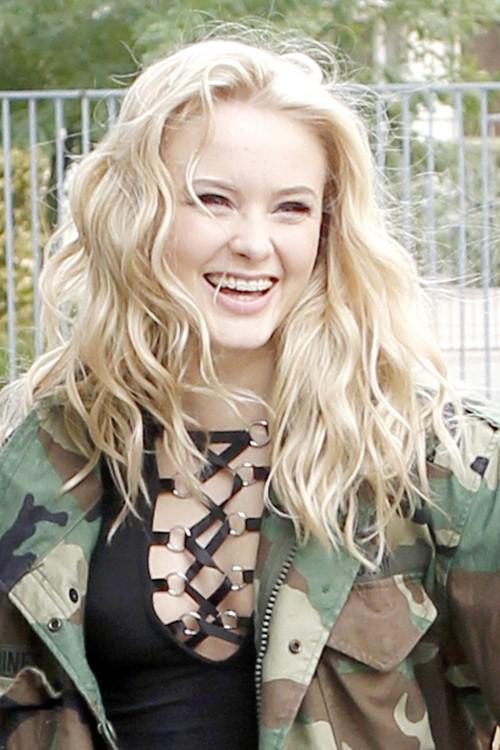 zara larsson wavy platinum blonde barrel curls hairstyle