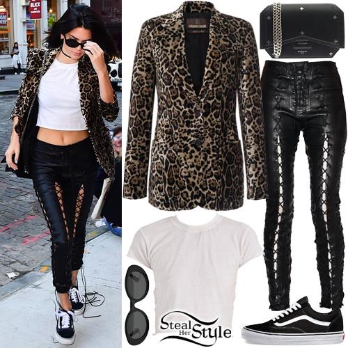 Kendall Jenner arriving at Gigi's apartment in New York. September 15th, 2016 - photo: AKM-GSI