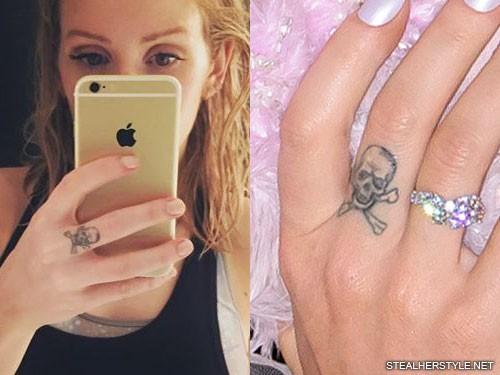 ellie-goulding-skull-knuckle-tattoo