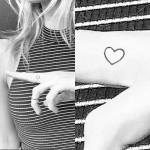 sabina-gadecki-heart-finger-tattoo