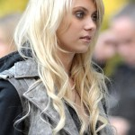 """34676, NEW YORK, NEW YORK - Monday October 5 2009. Taylor Momsen tries to keep warm in Central Park as shooting continues  for series three of """"Gossip Girl"""". Momsen was later attended by a doctor for an unspecified illness. Photograph: PacificCoastNews.com**FEE MUST BE AGREED PRIOR TO USAGE***UK OFFICE:+44 131 557 7760/7761 US OFFICE:1 310 261 9676"""