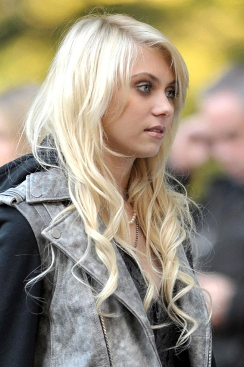 34676, NEW YORK, NEW YORK - Monday October 5 2009. Taylor Momsen tries ...