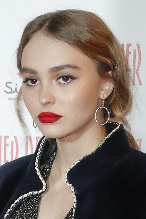 lily rose depp wavy light brown low ponytail ponytail hairstyle steal her style. Black Bedroom Furniture Sets. Home Design Ideas
