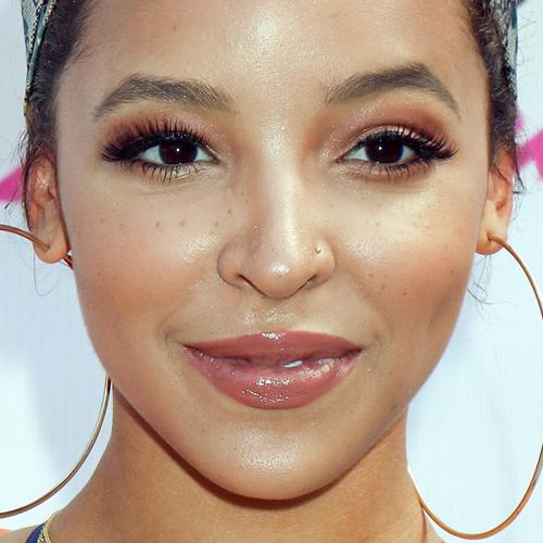 Tinashe Makeup: Black Eyeshadow, Gold Eyeshadow & Clear