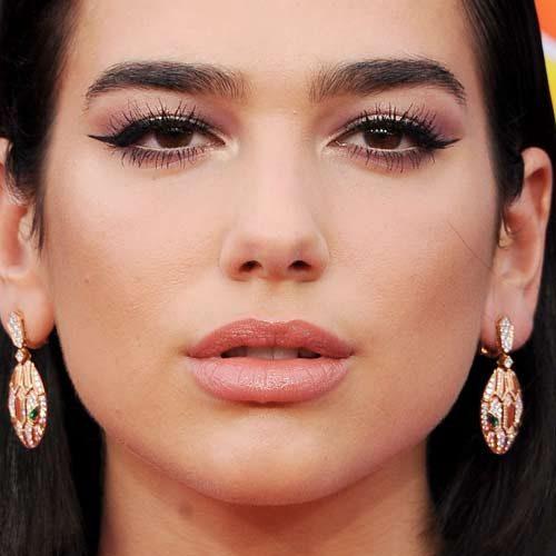 Dua Lipa Kiss And Makeup: Dua Lipa Makeup: Black Eyeshadow, Gold Eyeshadow & Nude